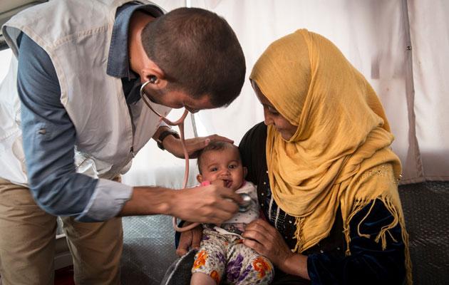 Et spædbarn tilses af en af vores læger i et af Iraks konfliktramte områder.