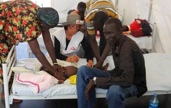 En lille patient bliver behandlet mod malaria. Foto: © Kim Clausen/Læger uden Grænser
