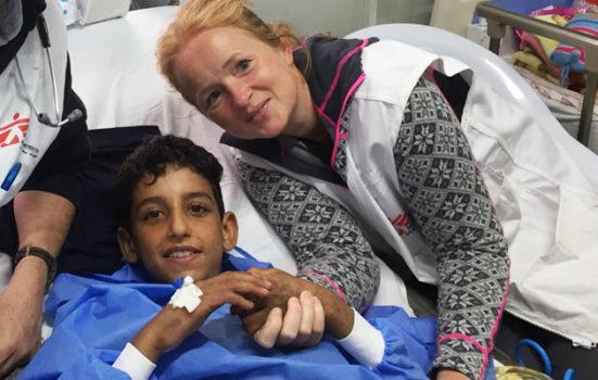 Et smil midt i Mosuls mørke. Kathrine har overstået en vellykket operation på en dreng på Læger uden Grænsers hospital nær den irakiske storby Mosul